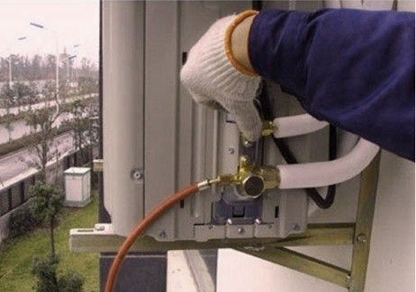 1、开启空调。夏天加氟是可直接让空调在制冷模式下运转。因为制热模式下,无法进行加氟操作,所以冬天加氟时,要强制空调进入制冷进入制冷模式。 2、连接加氟设备。空调正常启动,从室外机低压阀侧的工艺口连接加氟设备。此过程中央一定要排掉加氟管中的空气和脏物。 3、测压加氟。夏天观察低压压力,环境温度32度左右时,压力控制在0/45Mpa左右。冬天观察制热时的高压压力,压力稳定后控制在1.